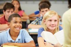 Чтение учителя к классу зрачков стоковое фото