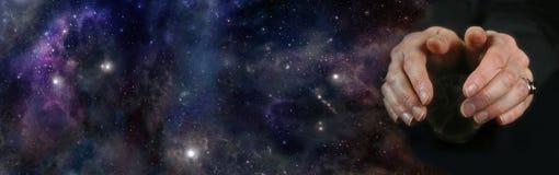 Чтение хрустального шара на предпосылке глубокого космоса Стоковое Изображение