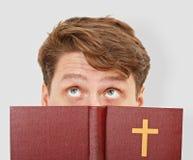 чтение человека библии думает детеныши Стоковая Фотография RF