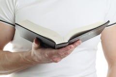 чтение человека библии Стоковое Фото