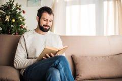 чтение человека книги красивое стоковая фотография rf