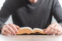 чтение человека книги стоковое фото