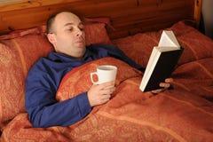 чтение человека кровати Стоковое Изображение RF