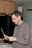 чтение человека почты стоковая фотография