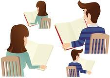 Чтение человека и женщины Стоковые Изображения