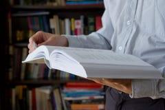 чтение человека книги Стоковые Фотографии RF