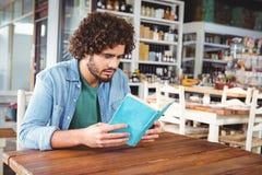 чтение человека книги стоковые изображения