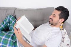 чтение человека книги стоковая фотография