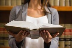 Чтение юриста в библиотеке закона стоковое фото rf
