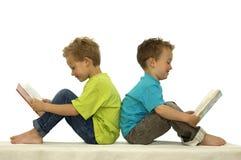 чтение 2 друзей счастливое Стоковое Изображение RF