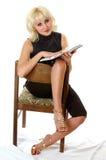 Чтение Blondie на стуле Стоковые Изображения