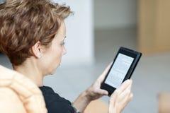 Чтение EBook Стоковое Фото