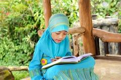 чтение koran Индонесии ребенка стоковое изображение