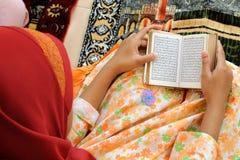 чтение koran мусульманское стоковое фото