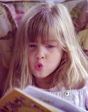 чтение maddie Стоковая Фотография RF