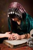 чтение palmistry руки стоковая фотография