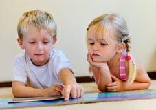 чтение preschool детей книги Стоковые Фотографии RF