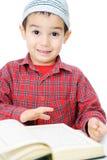 чтение qur ребенка мусульманское стоковое фото