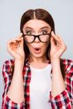Что?! Милая изумленная девушка брюнет в стеклах и checkered вскользь Стоковая Фотография