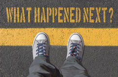 Что случилось затем? , печать с тапками на дороге асфальта стоковое фото rf