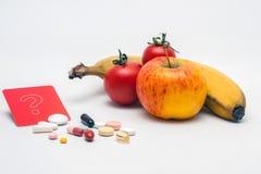 Что лучшее, пилюлька или фрукт и овощ? Стоковая Фотография