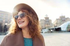 Чувственная дама наслаждаясь прогулкой в городке Стоковое Изображение