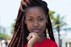 Чувственная африканская женщина с dreadlocks в городе Стоковое Фото