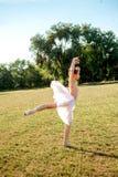 Чувственная балерина в природе стоковые изображения rf