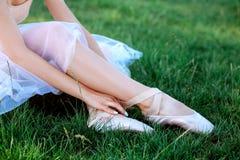 Чувственная балерина в природе стоковые изображения