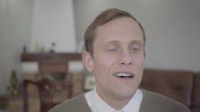 Чувственная белокурая женщина внезапно целуя щеку скромно одетого человека Сотрясенный болван удивленный, смущенный и, он видеоматериал