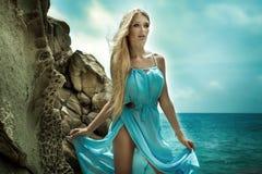 Чувственная белокурая дама представляя на солнечном дне Стоковые Фотографии RF