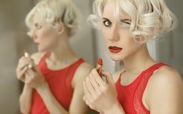 чувственная белокурая дама с красной губной помадой стоковое изображение rf