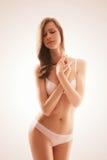 Чувственная белокурая женщина в нижнем белье Стоковые Фото