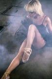 Чувственная белокурая женщина с сексуальной черной балетной пачкой Стоковые Фотографии RF