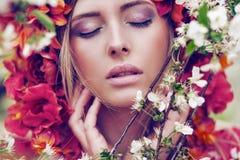 Чувственная белокурая женщина с цветками Стоковая Фотография RF