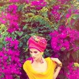 Чувственная востоковедная девушка в цветках Стоковые Изображения RF