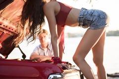 Чувственная девушка на автомобиле Стоковая Фотография RF