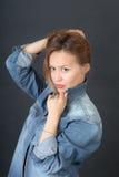 Чувственная девушка в куртке джинсовой ткани Стоковые Фото