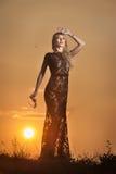 Чувственная девушка при солнце поднимая за ей стоковые изображения