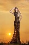 Чувственная девушка при солнце поднимая за ей стоковое фото