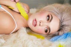 Чувственная девушка с светлыми волосами в женское бельё и аксессуарах Стоковые Фото