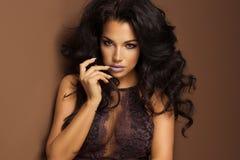 Чувственная женщина брюнет с длинным вьющиеся волосы Стоковое фото RF