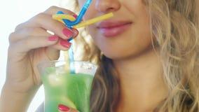 чувственная женщина выпивая коктейль от трубки Конец-вверх в губе рамки только видимой светит красиво с акции видеоматериалы