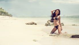 Чувственная женщина в волнах на тропическом пляже стоковая фотография