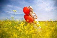 Чувственная женщина в желтых цветках стоковое фото