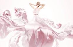 Чувственная женщина в красивом розовом платье Стоковые Изображения RF