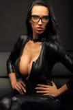 Чувственная женщина в черном платье стоковые фотографии rf