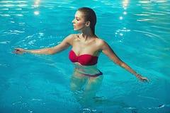 Чувственная женщина в чисто воде Стоковое Фото