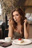 Чувственная женщина есть десерт в внешнем кафе лета Стоковое Фото