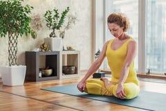 Чувственная женщина делая йогу дома стоковые фото